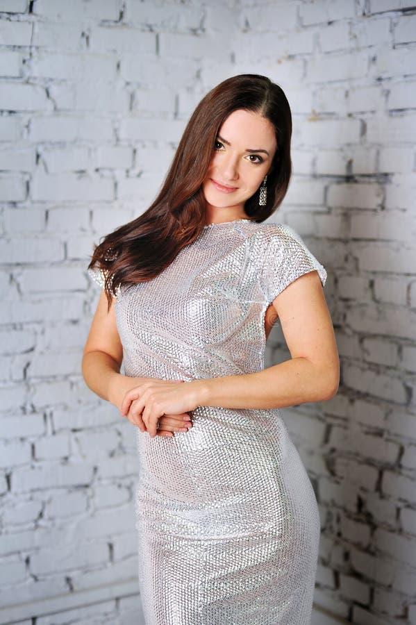 Όμορφη γυναίκα με τη σγουρή τρίχα στοκ φωτογραφία με δικαίωμα ελεύθερης χρήσης