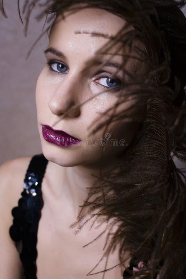 Όμορφη γυναίκα με τη στενή επάνω μόδα 1940 φτερών στοκ εικόνες με δικαίωμα ελεύθερης χρήσης
