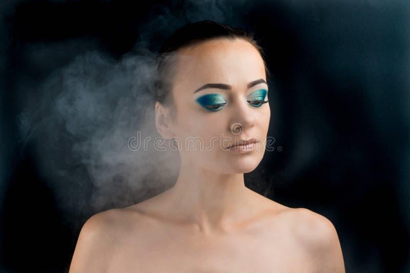 Όμορφη γυναίκα με τη σύνθεση μπλε makeup στοκ εικόνες με δικαίωμα ελεύθερης χρήσης