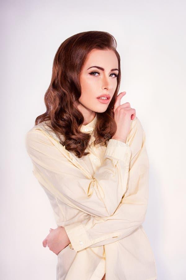 Όμορφη γυναίκα με τις μπούκλες στοκ φωτογραφία με δικαίωμα ελεύθερης χρήσης