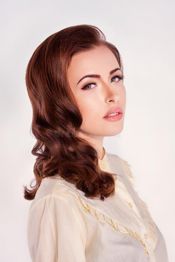 Όμορφη γυναίκα με τις μπούκλες στοκ εικόνα με δικαίωμα ελεύθερης χρήσης