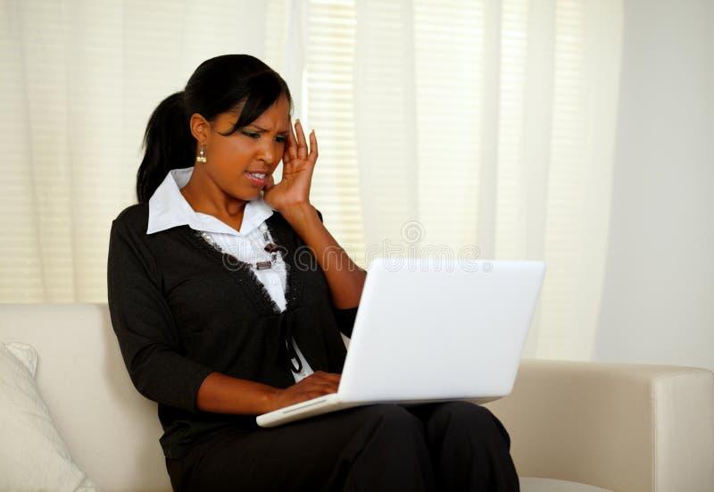 Όμορφη γυναίκα με τον πονοκέφαλο που εργάζεται μέχρι το όριο στοκ εικόνες