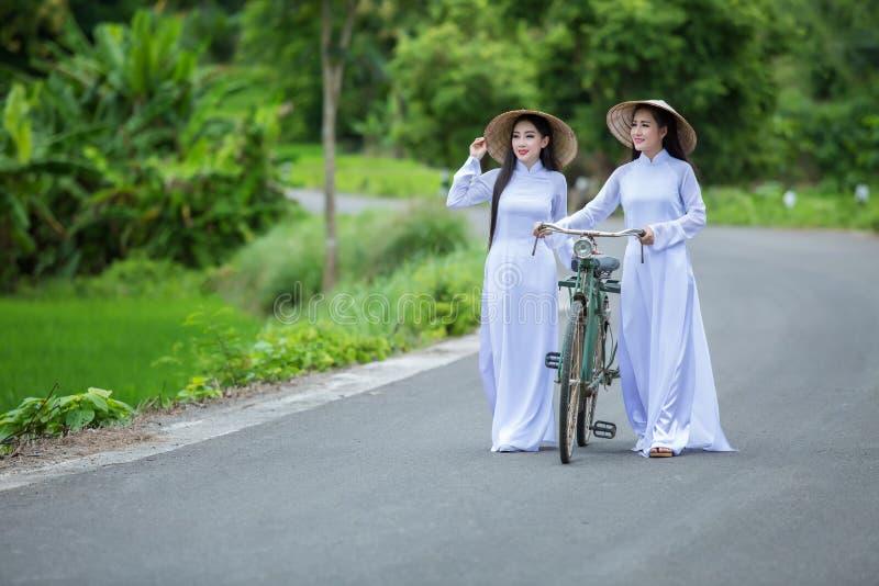 Όμορφη γυναίκα με τον πολιτισμό του Βιετνάμ παραδοσιακό στοκ εικόνες