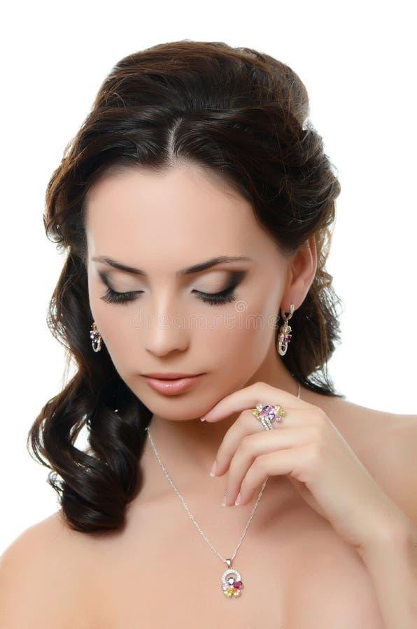Όμορφη γυναίκα με το ακριβό κόσμημα στοκ εικόνες