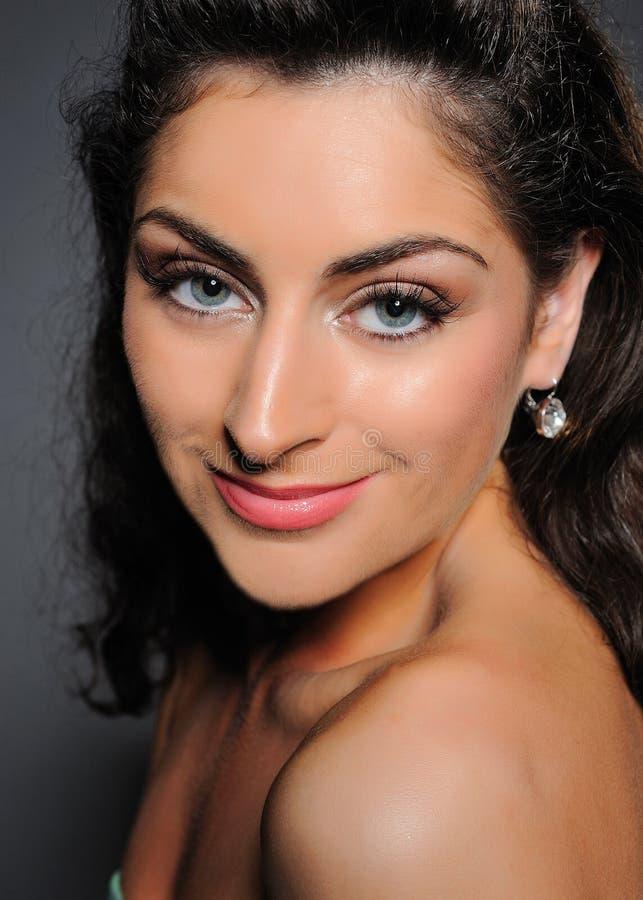 Όμορφη γυναίκα με το καθαρό δέρμα και τη φυσική σύνθεση στοκ εικόνες με δικαίωμα ελεύθερης χρήσης