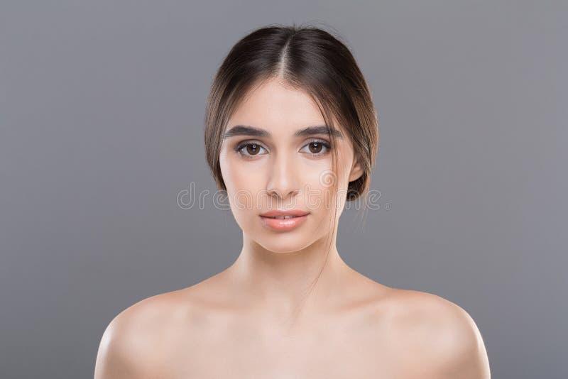 Όμορφη γυναίκα με το καθαρό δέρμα και το φυσικό makeup στοκ εικόνα