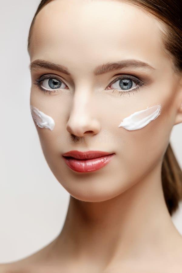 Όμορφη γυναίκα με το καθαρό φρέσκο δέρμα στοκ εικόνα