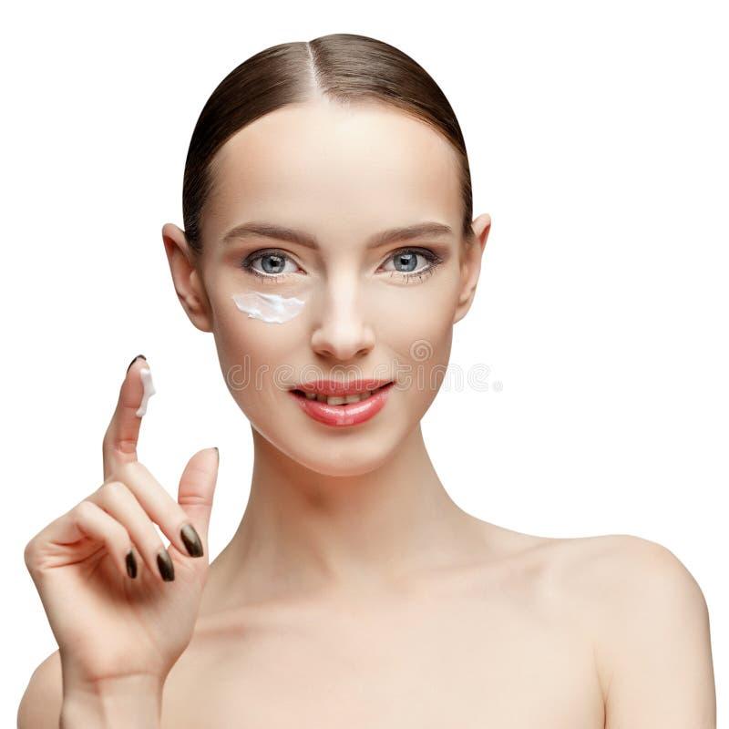 Όμορφη γυναίκα με το καθαρό φρέσκο δέρμα στοκ φωτογραφία