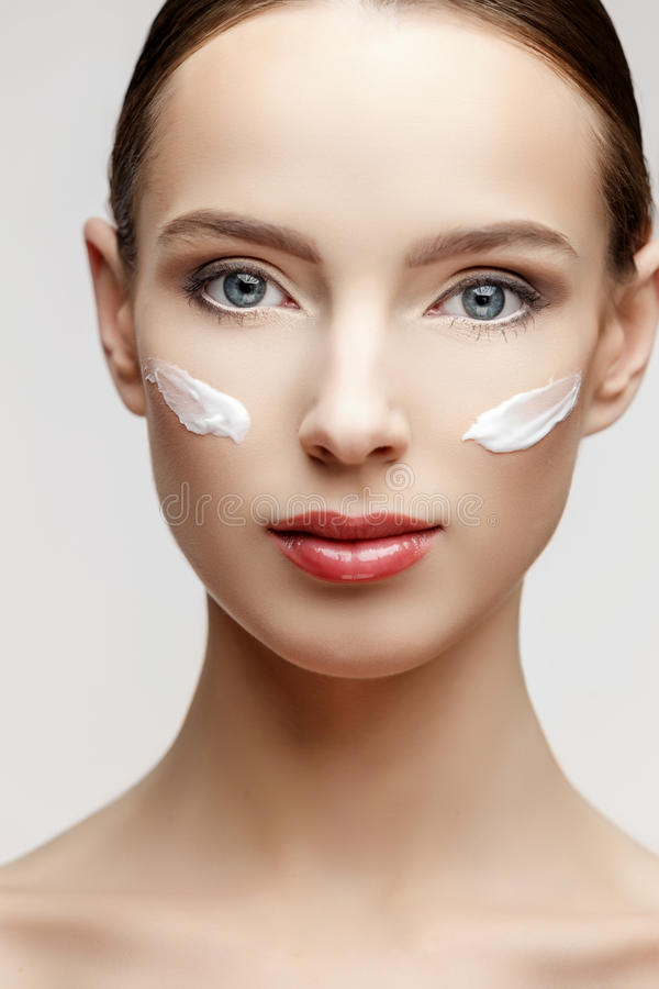 Όμορφη γυναίκα με το καθαρό φρέσκο δέρμα στοκ φωτογραφίες