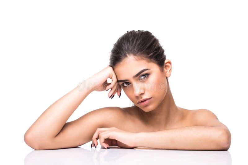 Όμορφη γυναίκα με το καθαρό φρέσκο πρόσωπο αφής δερμάτων Του προσώπου επεξεργασία Cosmetology, ομορφιά και SPA στοκ εικόνα
