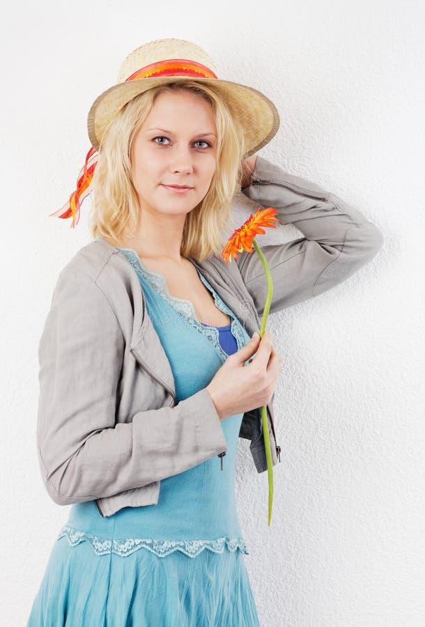 Όμορφη γυναίκα με το καπέλο λουλουδιών και αχύρου στοκ φωτογραφίες με δικαίωμα ελεύθερης χρήσης