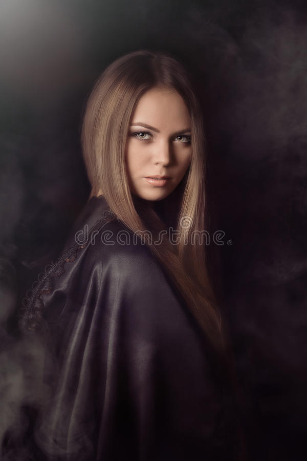 Όμορφη γυναίκα με το μαύρο επενδύτη στοκ φωτογραφίες