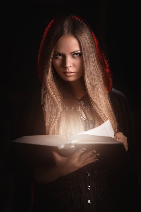 Όμορφη γυναίκα με το μαύρο επενδύτη στοκ φωτογραφία