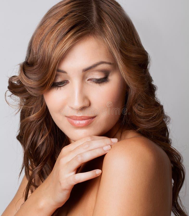 Όμορφη γυναίκα με το μεγάλο δέρμα στοκ φωτογραφίες