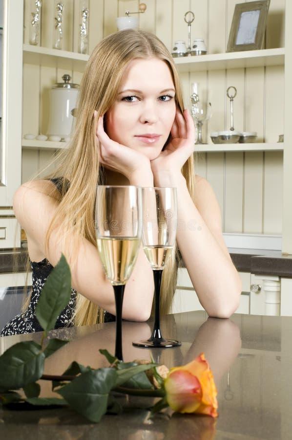 Όμορφη γυναίκα με το ποτήρι της σαμπάνιας στοκ φωτογραφίες με δικαίωμα ελεύθερης χρήσης