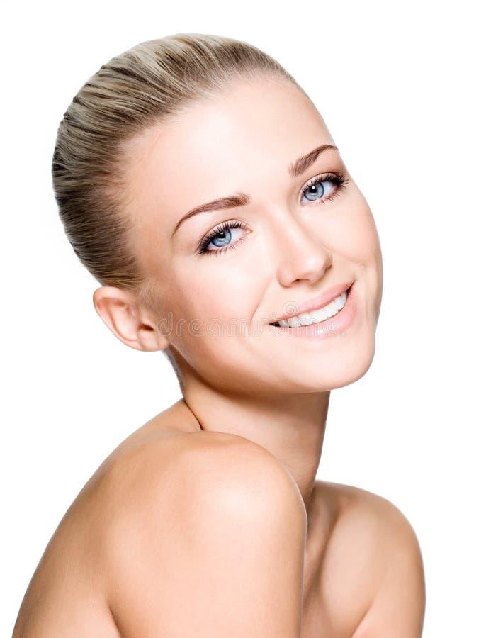 Όμορφη γυναίκα με το πρόσωπο χαμόγελου ομορφιάς στοκ εικόνα