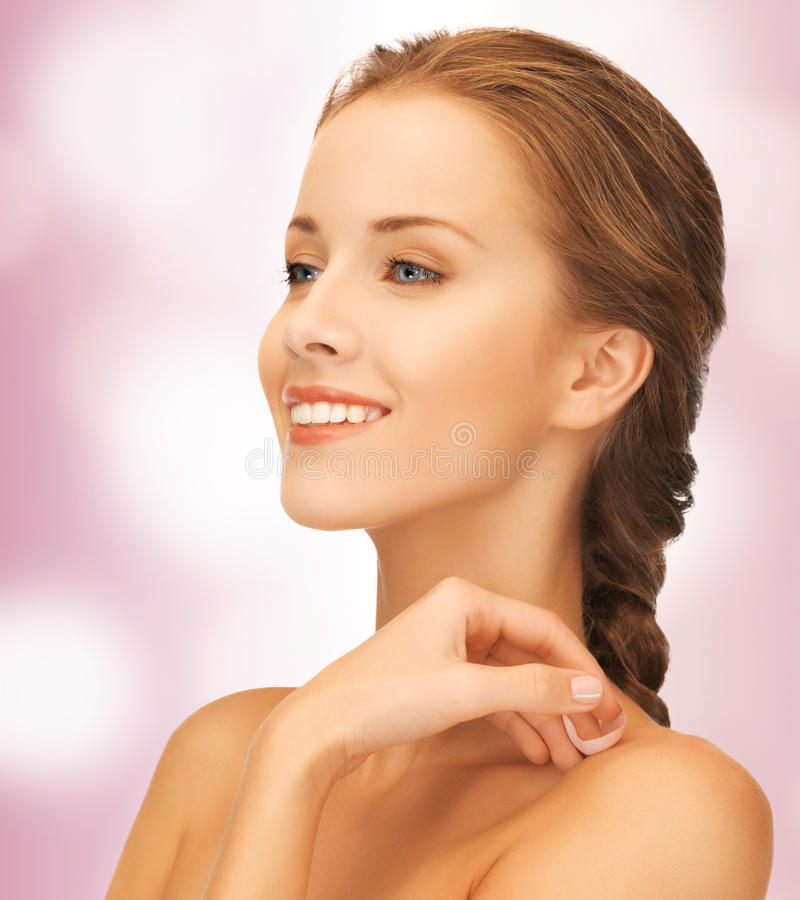 Όμορφη γυναίκα με το ροδαλό πέταλο στοκ εικόνα