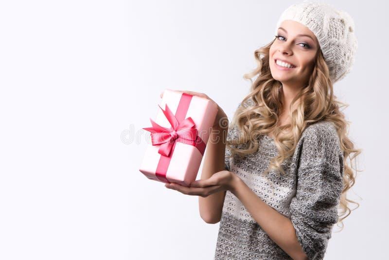 Όμορφη γυναίκα με το ρόδινο κιβώτιο δώρων στοκ φωτογραφία με δικαίωμα ελεύθερης χρήσης