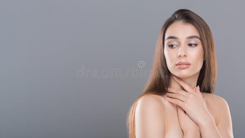 Όμορφη γυναίκα με το τέλειο δέρμα και τους γυμνούς ώμους στοκ εικόνες