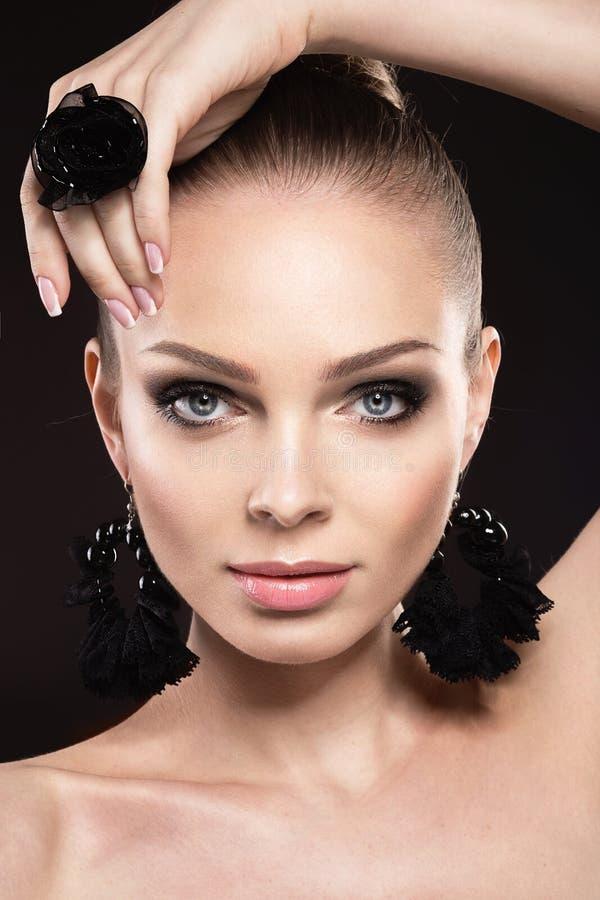 Όμορφη γυναίκα με το τέλειο δέρμα και το χειροποίητο κόσμημα στοκ εικόνα