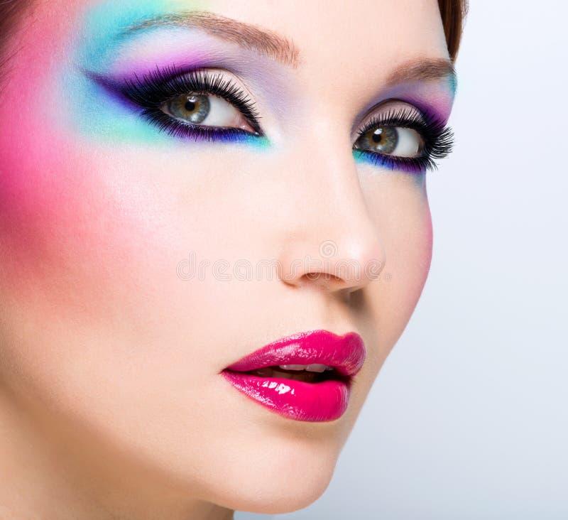 Όμορφη γυναίκα με το φωτεινό makeup μόδας στοκ εικόνα