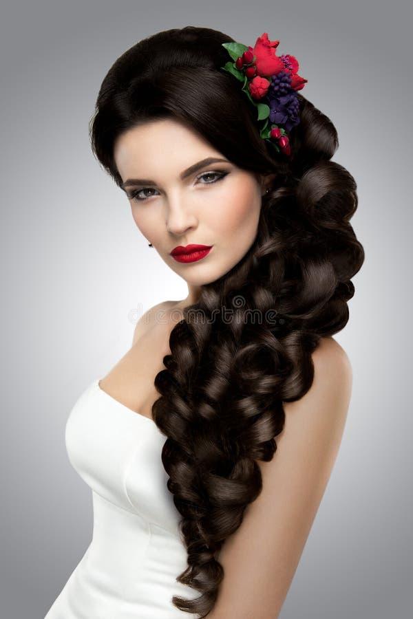 Όμορφη γυναίκα με το χρυσό makeup όμορφος γάμος μόδας νυφών hairst στοκ εικόνα με δικαίωμα ελεύθερης χρήσης