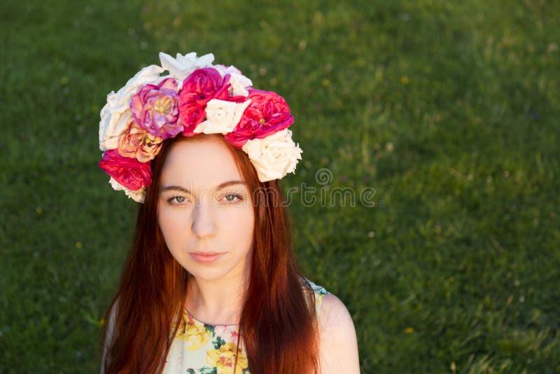 Όμορφη γυναίκα με το floral στεφάνι στο κεφάλι της στοκ φωτογραφία με δικαίωμα ελεύθερης χρήσης
