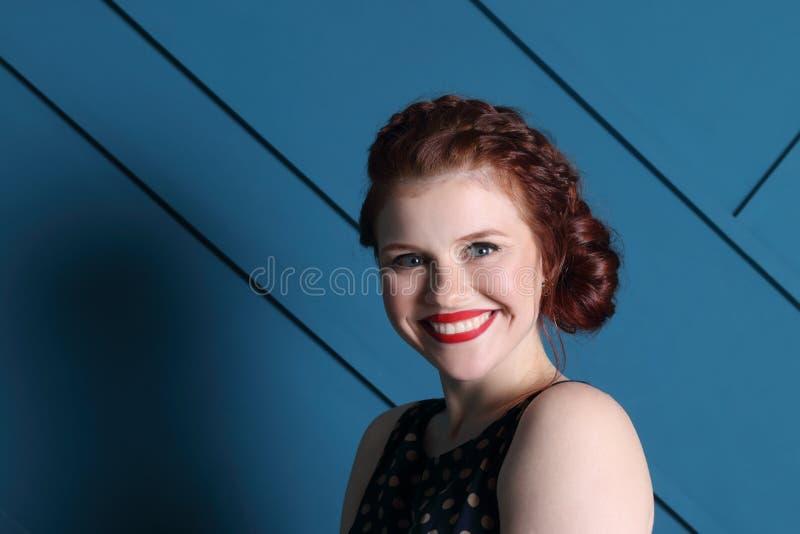 Όμορφη γυναίκα με το hairdo και makeup τα χαμόγελα στοκ φωτογραφίες