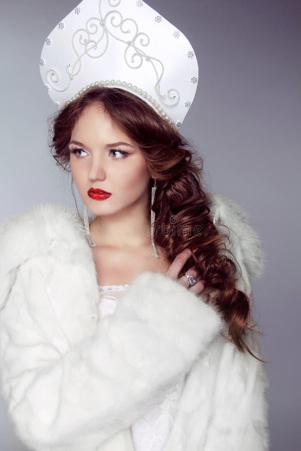 Όμορφη γυναίκα με το kokoshnik. Κόσμημα και ομορφιά. Τέχνη μόδας στοκ εικόνες με δικαίωμα ελεύθερης χρήσης