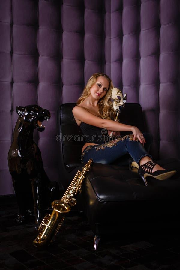 Όμορφη γυναίκα με το saxophone. στοκ εικόνες