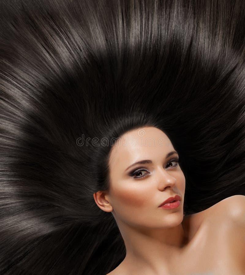 Όμορφη γυναίκα με υγιή μακρυμάλλη στοκ εικόνες