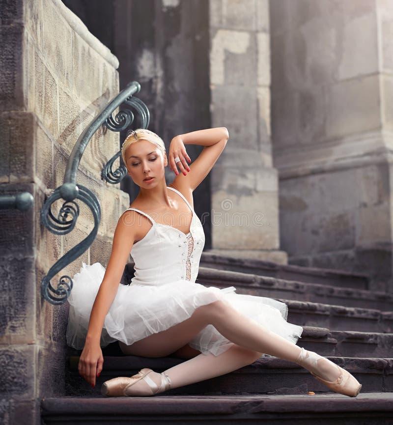 Όμορφη γυναίκα μπαλέτου στα σκαλοπάτια στοκ εικόνα