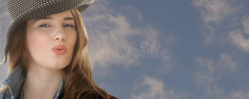 όμορφη γυναίκα μπλε ουρανού στοκ εικόνες