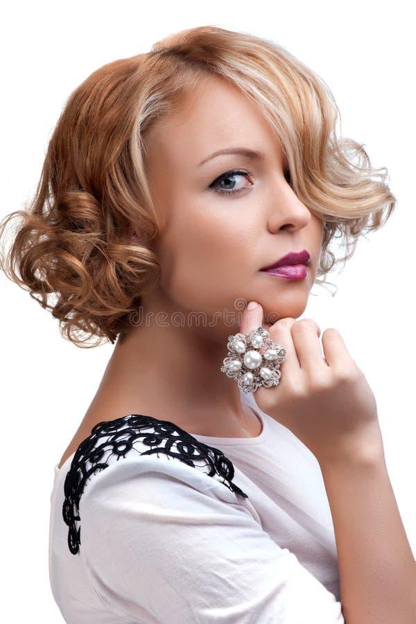 Όμορφη γυναίκα μόδας με ένα δαχτυλίδι μαργαριταριών στοκ φωτογραφία με δικαίωμα ελεύθερης χρήσης