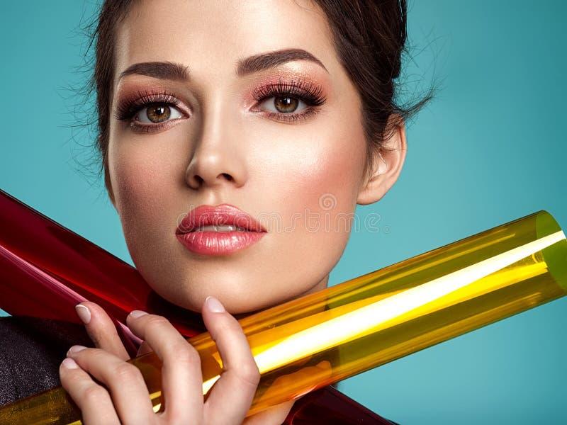 Όμορφη γυναίκα μόδας με χρωματισμένα στοιχεία Ελκυστικό λευκό κορίτσι με το κοράλλι διαβίωσης makeup στοκ εικόνα με δικαίωμα ελεύθερης χρήσης