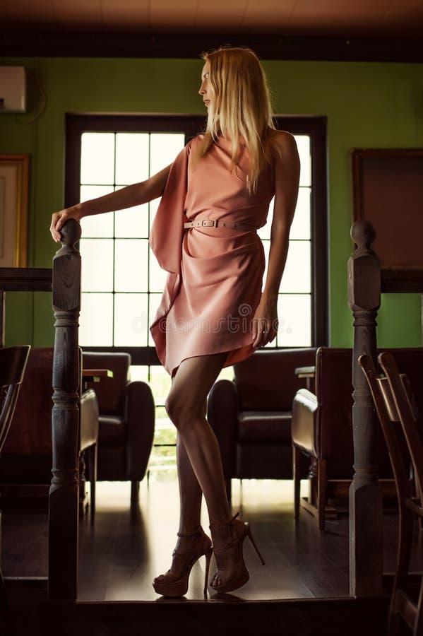 Όμορφη γυναίκα μόδας στο ρόδινο φόρεμα στοκ φωτογραφίες
