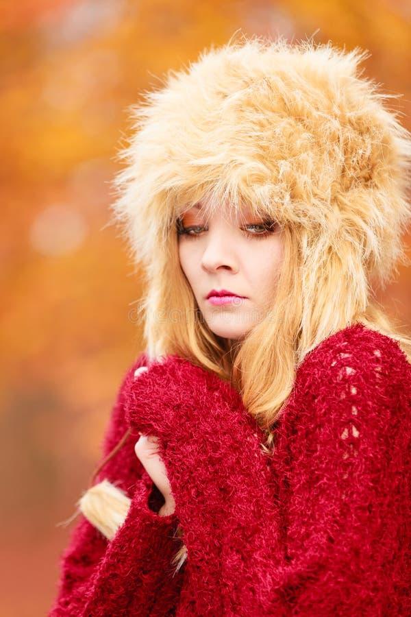 Όμορφη γυναίκα μόδας στο χειμερινό καπέλο που αισθάνεται κρύα στοκ εικόνες