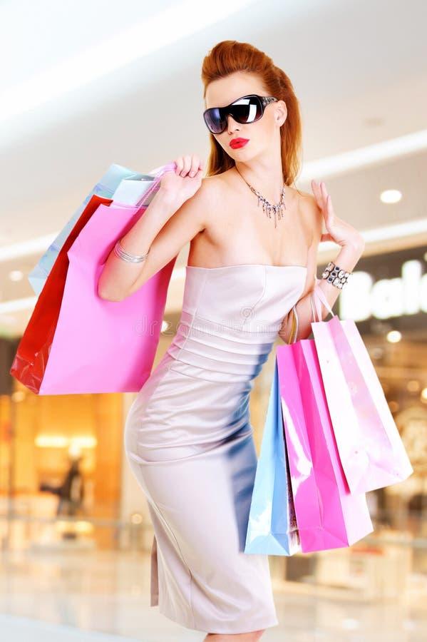 Όμορφη γυναίκα μόδας με τις τσάντες αγορών στοκ φωτογραφίες