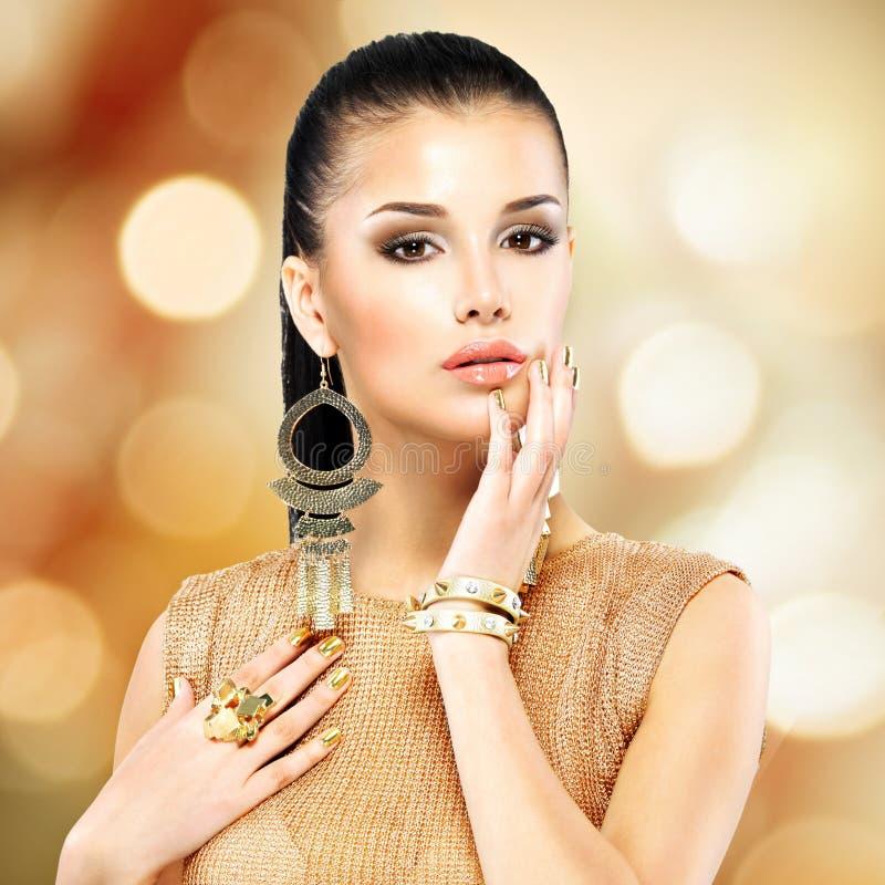 Όμορφη γυναίκα μόδας με το μαύρο makeup και το χρυσό μανικιούρ στοκ φωτογραφία με δικαίωμα ελεύθερης χρήσης