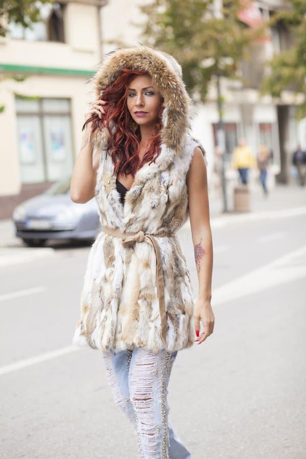 Όμορφη γυναίκα μόδας στο παλτό γουνών στοκ εικόνα