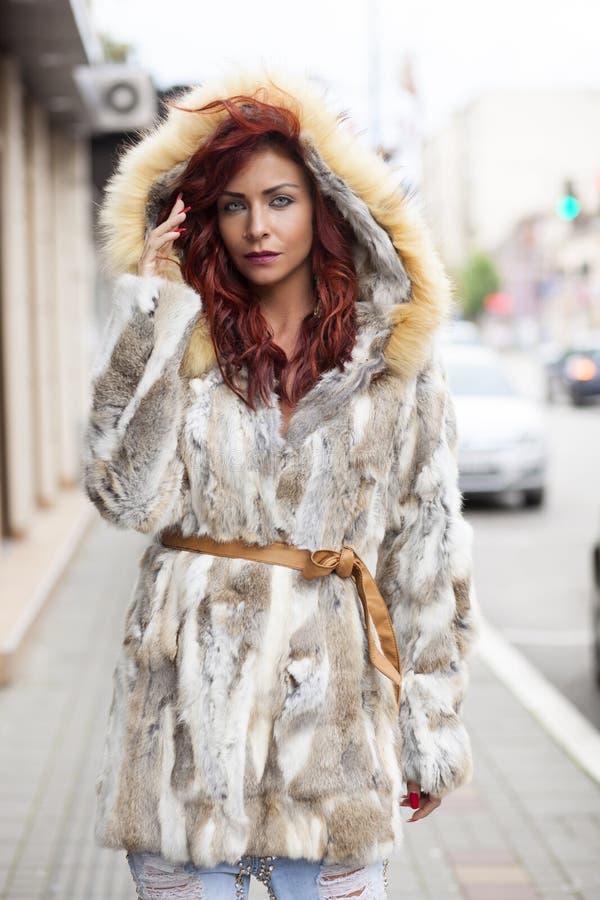 Όμορφη γυναίκα μόδας στο παλτό γουνών στοκ φωτογραφία