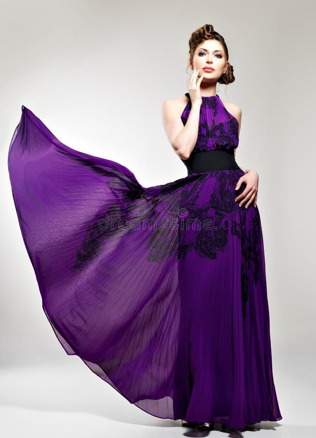Όμορφη γυναίκα μόδας στο πορφυρό μακρύ φόρεμα στοκ φωτογραφία με δικαίωμα ελεύθερης χρήσης
