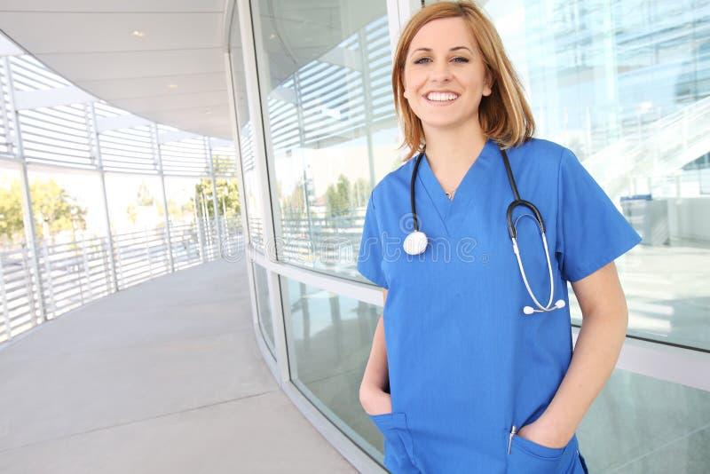 όμορφη γυναίκα νοσοκόμων ν στοκ φωτογραφία