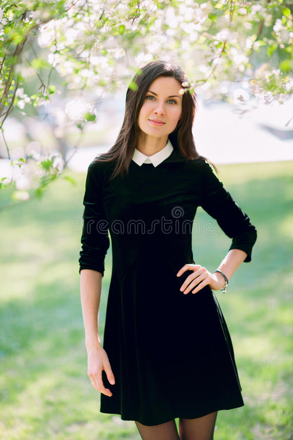όμορφη γυναίκα πάρκων στοκ φωτογραφίες