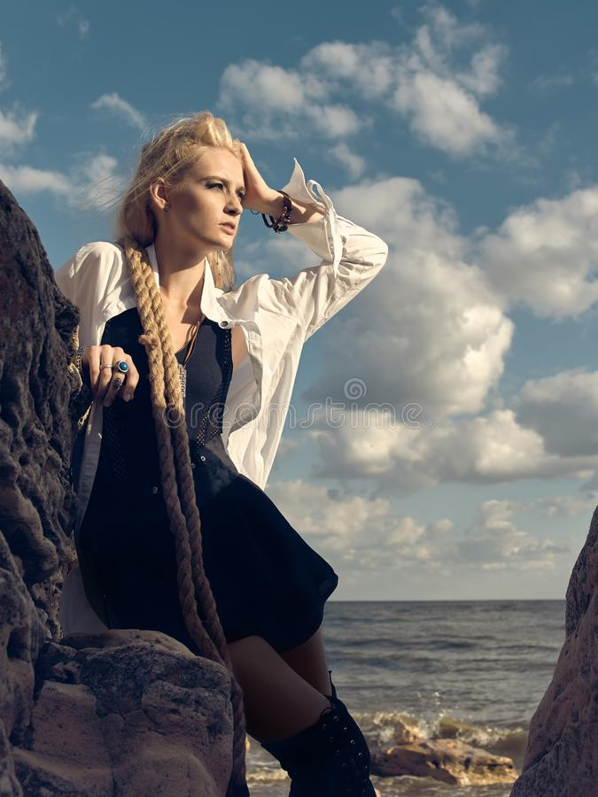Όμορφη γυναίκα πειρατών που στέκεται στην παραλία στις μπότες στοκ φωτογραφία με δικαίωμα ελεύθερης χρήσης