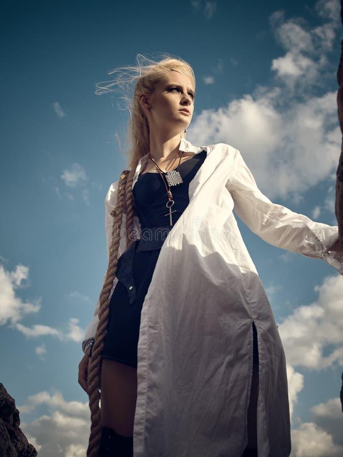 Όμορφη γυναίκα πειρατών που στέκεται στην παραλία στοκ εικόνα