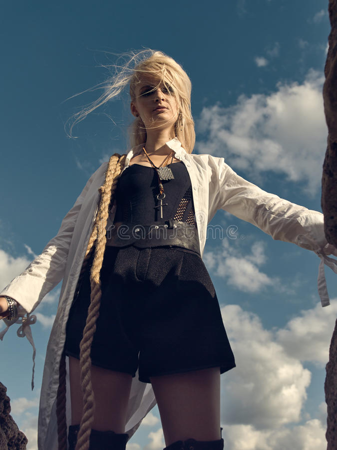 Όμορφη γυναίκα πειρατών που στέκεται στην παραλία στις μπότες στοκ φωτογραφίες με δικαίωμα ελεύθερης χρήσης