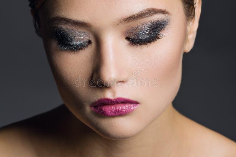 όμορφη γυναίκα πορτρέτου Η εικόνα λήφθηκε σε ένα στούντιο σε ένα σκοτεινό υπόβαθρο στοκ εικόνα με δικαίωμα ελεύθερης χρήσης