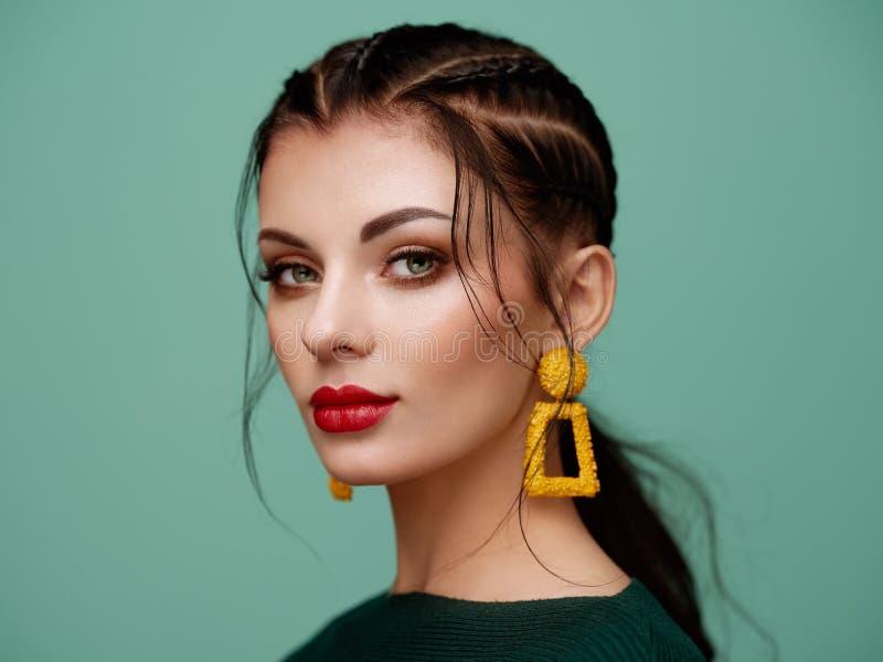 Όμορφη γυναίκα πορτρέτου με το κόσμημα στοκ φωτογραφία