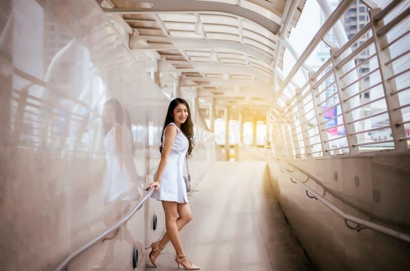 Όμορφη γυναίκα πορτρέτου που περπατά στην πόλη στοκ εικόνες